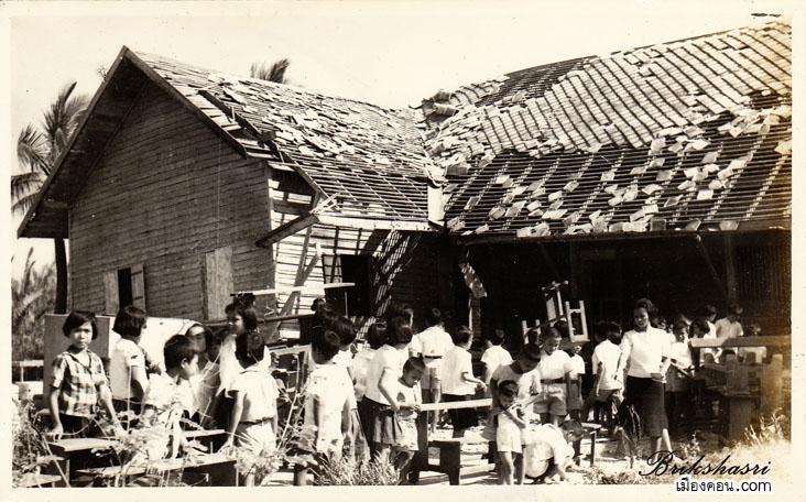 12-นักเรียนที่เคราะห์ร้ายกำลังช่วยกันขนโต็ะ-ม้านั่ง-ไปอาศัยเรียนในวิหารวัดต่อไป copy